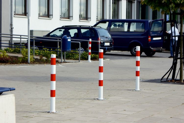 Uitneembare_antiparkeerpalen_rond_76mm_rood_wit_product_variant_